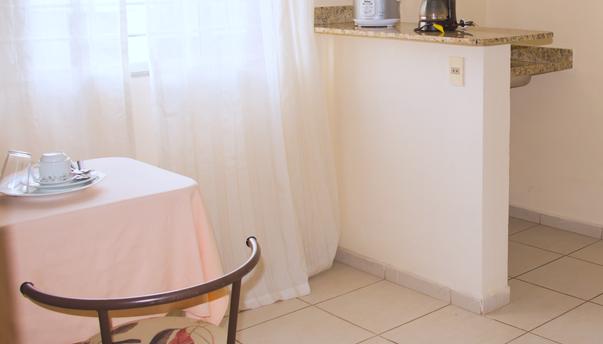 Area de refeição com cozinha de apoio