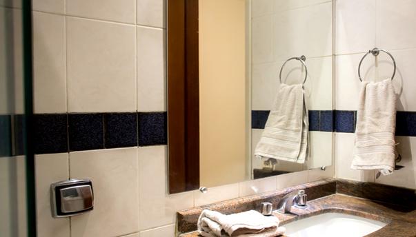 banheiro detalhe pia e espelho FLAT PADR