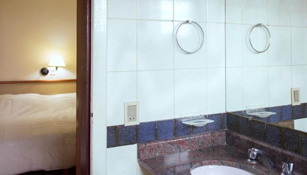 Vista banheiro e parcial quarto