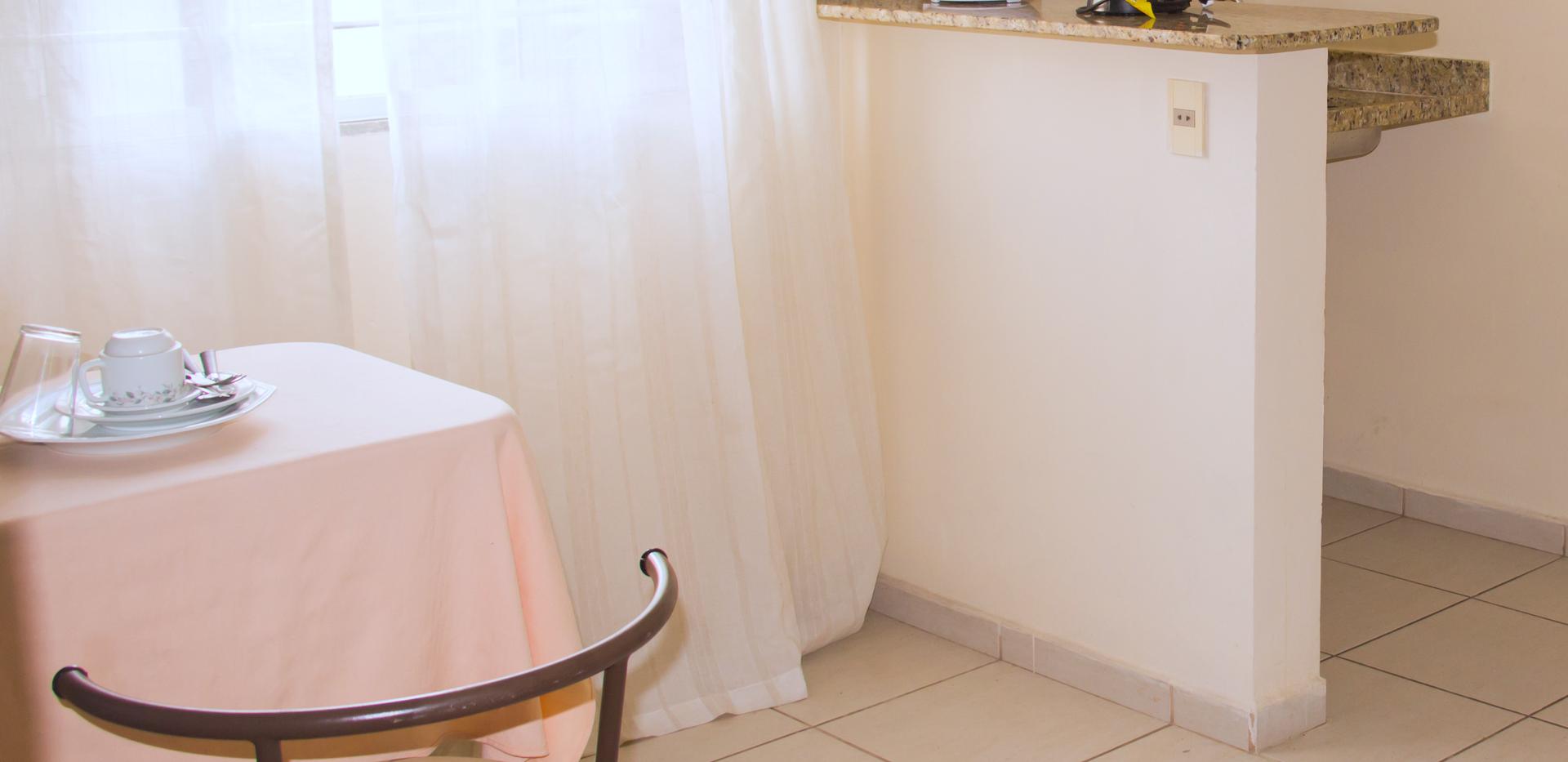 Área de refeição com cozinha de apoio