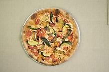 Pizza vegetariana zucchine peperoni pomodorini con impasto integrale