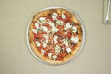 Pizza mediterranea con pomodorini e mozzarella con impasto integrale