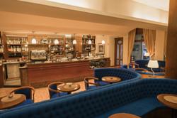 Sala relax aperitivo con divani