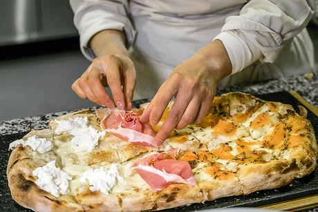 Pizza scrocchiarella con crudo di Parma e burrata trota e tartufo