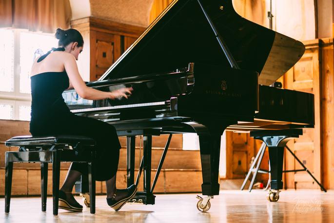 Leona Crasi performs Bartok