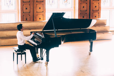 Daniel Torres rehearses Chopin