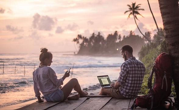 Studierende arbeiten am Strand zum Sonnenuntergang