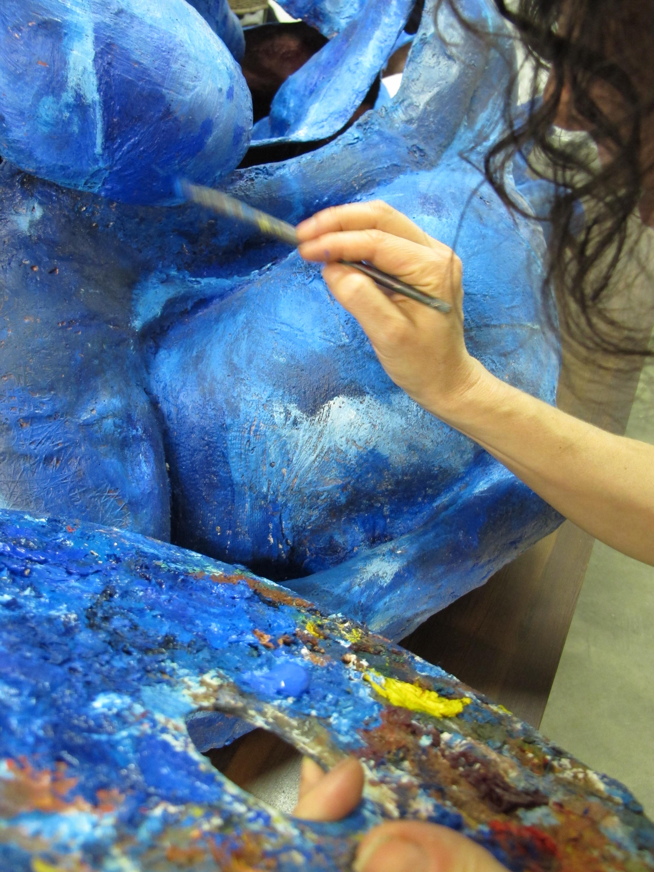 Audrey_Landell_pintando_sobre_a_instalação_Suporte-se_casal