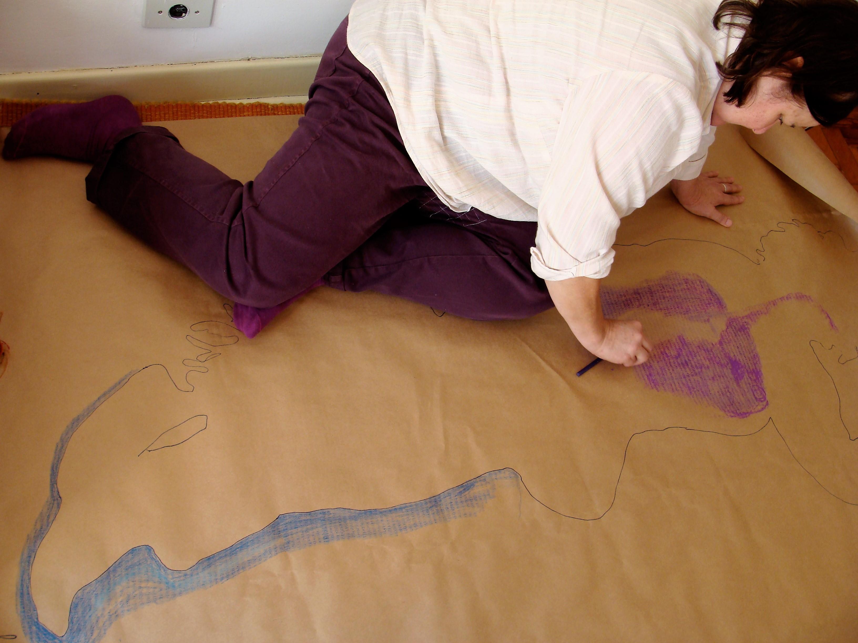 Leda desenhando contorno na clinica