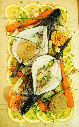 2 цели лаврака, кореноплодни зеленчуци, дресинг от мандарина