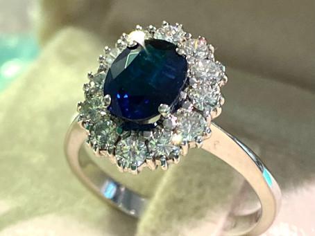 Anello con pavettatura di diamanti e zaffiro blu