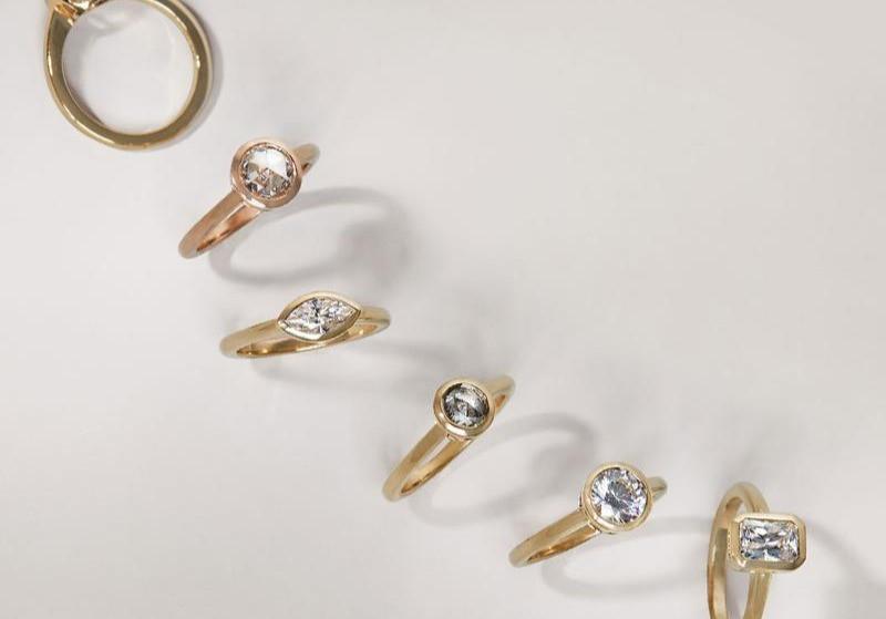 Anelli d'oro, avete mai pensato di crearli come volete? Anelli con diamanti potrebbero essere anelli in oro bianco o anelli in oro giallo il nostro laboratorio orafo costruisce anelli con pietre che siano anelli d'oro uomo o anelli con solitario non cambia nulla sono sempre anelli personalizzati Realizziamo gioielli per sposa su disegno si tratta sempre di gioielli fatti a mano A volte realizziamo anelli semplici a volte anelli artigianali più complessi laboratorio orafo Frigerio