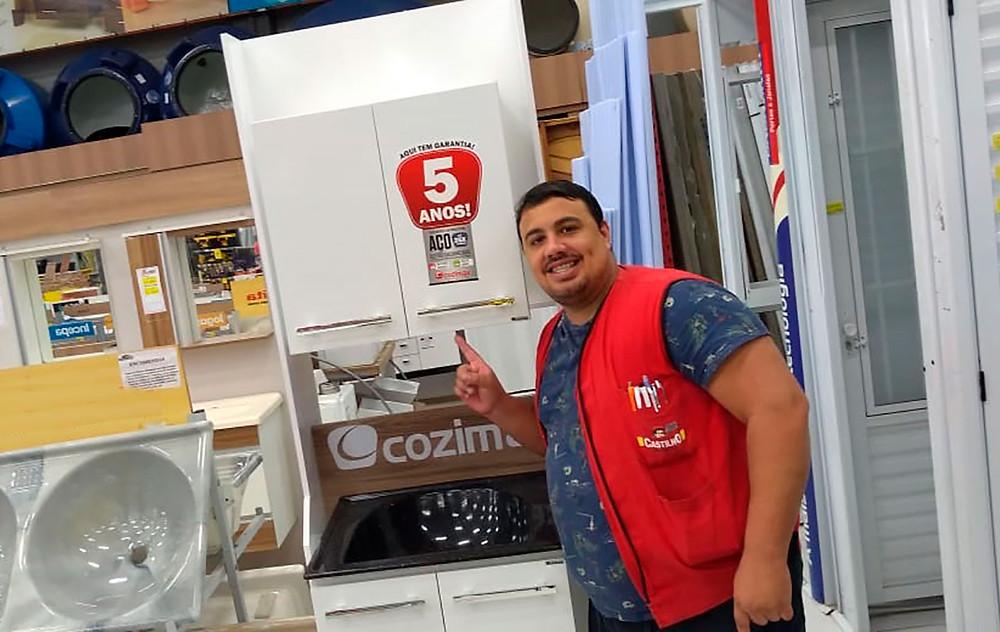 Gabriel Souza, vendedor da loja Center Castilho, da cidade de Santos-SP
