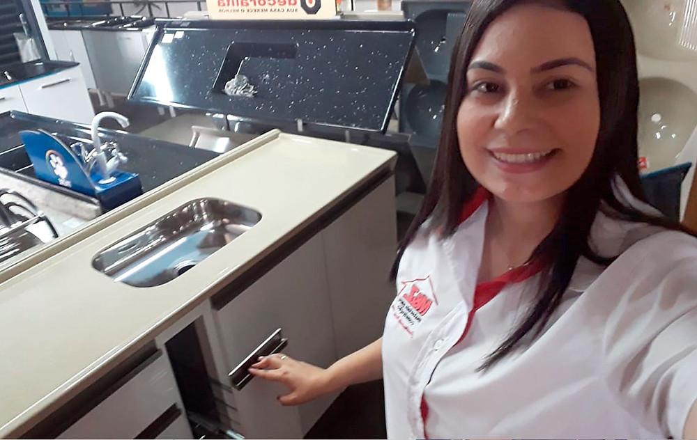 Franciele Busto, vendedora da loja M&Z Materiais para Construção, da cidade de Santa Fé do Sul-SP