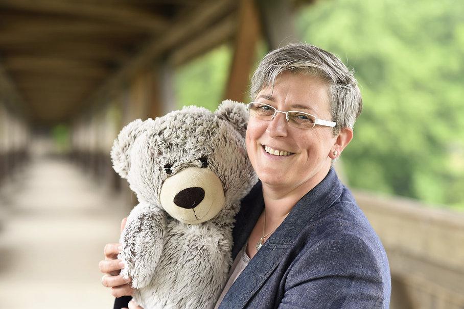 Christa Stirnimann mit Teddybär