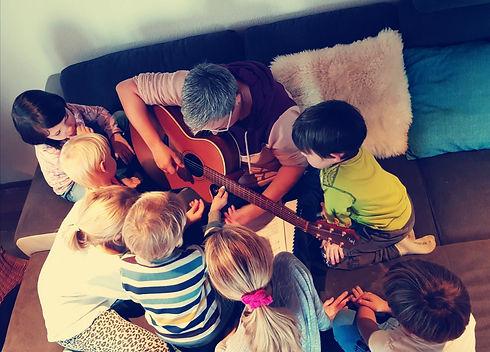 Christa Stirnimann musiziert mit Kindern