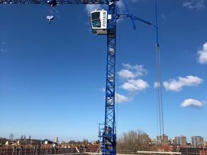Vaste torenkraan en mobiele telescoopkraan ondersteunen bouwproject Haagse Hendrik