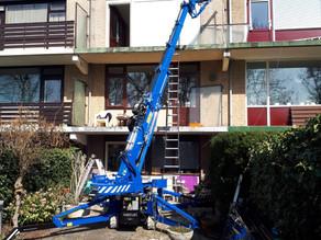 Onze minihijskraan assisteert bij constructiewerkzaamheden