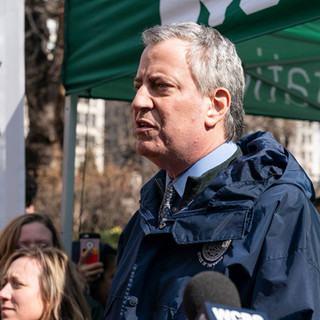 Mayor Bill de Blasio distributes reusable bags to New Yorkers ahead of the plastic bag