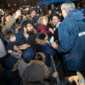 Mayor Bill de Blasio greets Jewish people during largest menorah lighting for