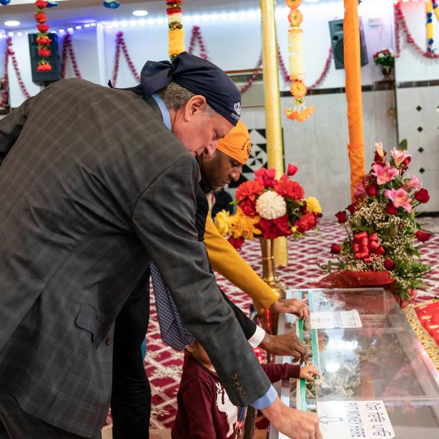 Mayor Bill de Blasio donates money during 550th Birthda