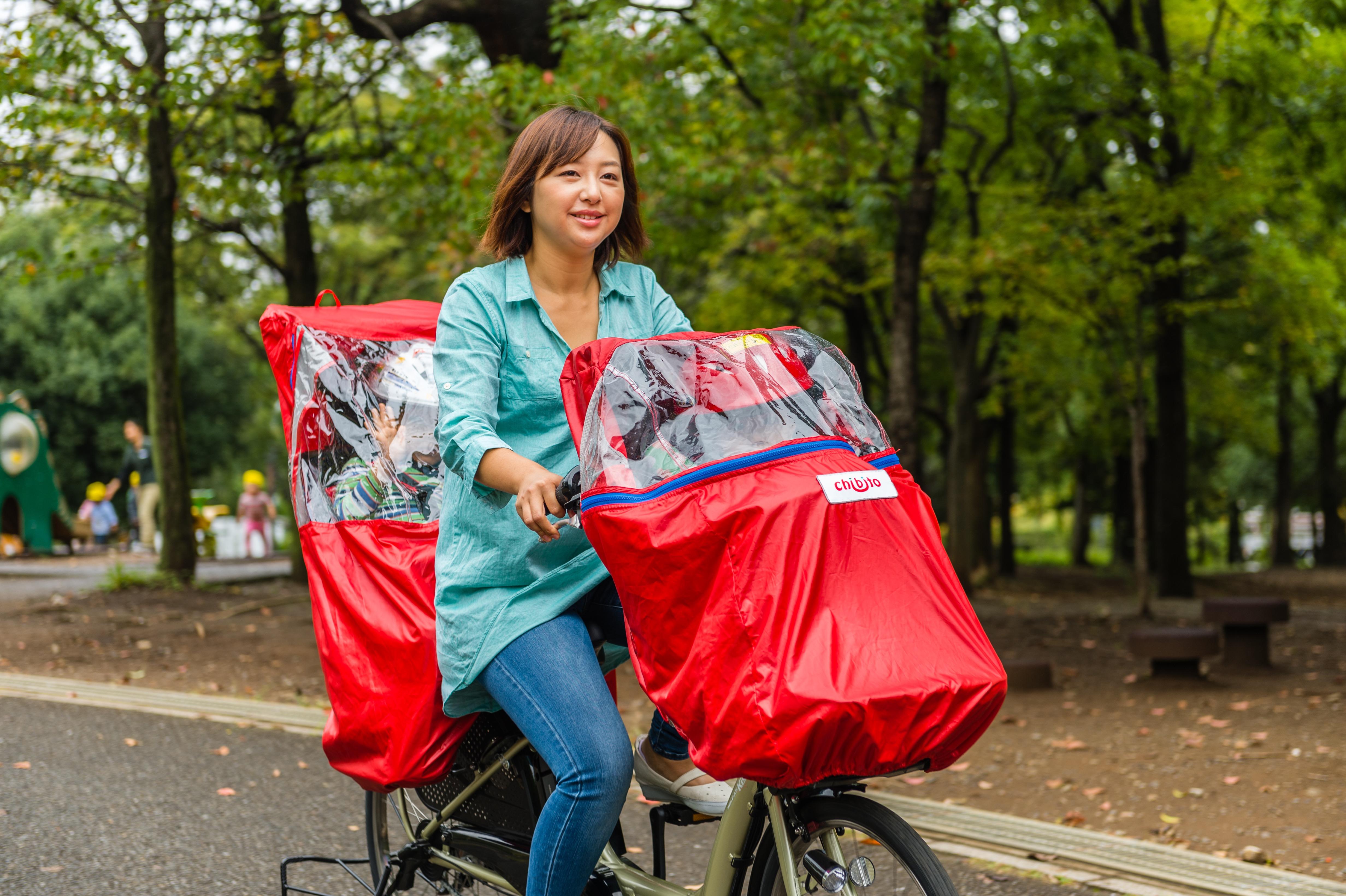 自転車にレインカバーをつけて乗車