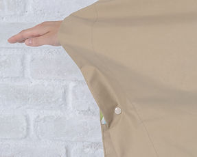 ポンチョの袖にスナップボタン