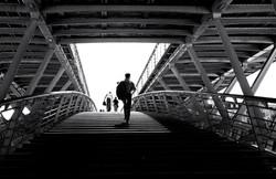Homem Sobre a Ponte
