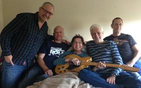 Livraison spéciale d'une nouvelle guitare électrique à notre ami Paul Demers gracieuseté de Bobby Lalonde Music, avec Bobby Lalonde (merci!), Sylvain Lavoie, Marcel Aymar et Donald.