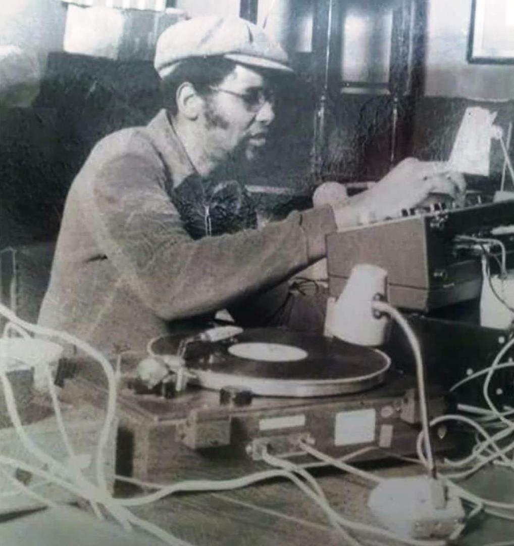 PETE DJ JONES ON THE DECKS.jpg