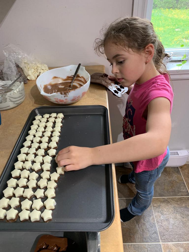 Charlotte très occupé à placer ses petits chocolats étoiles. Juste avant l'emballage.