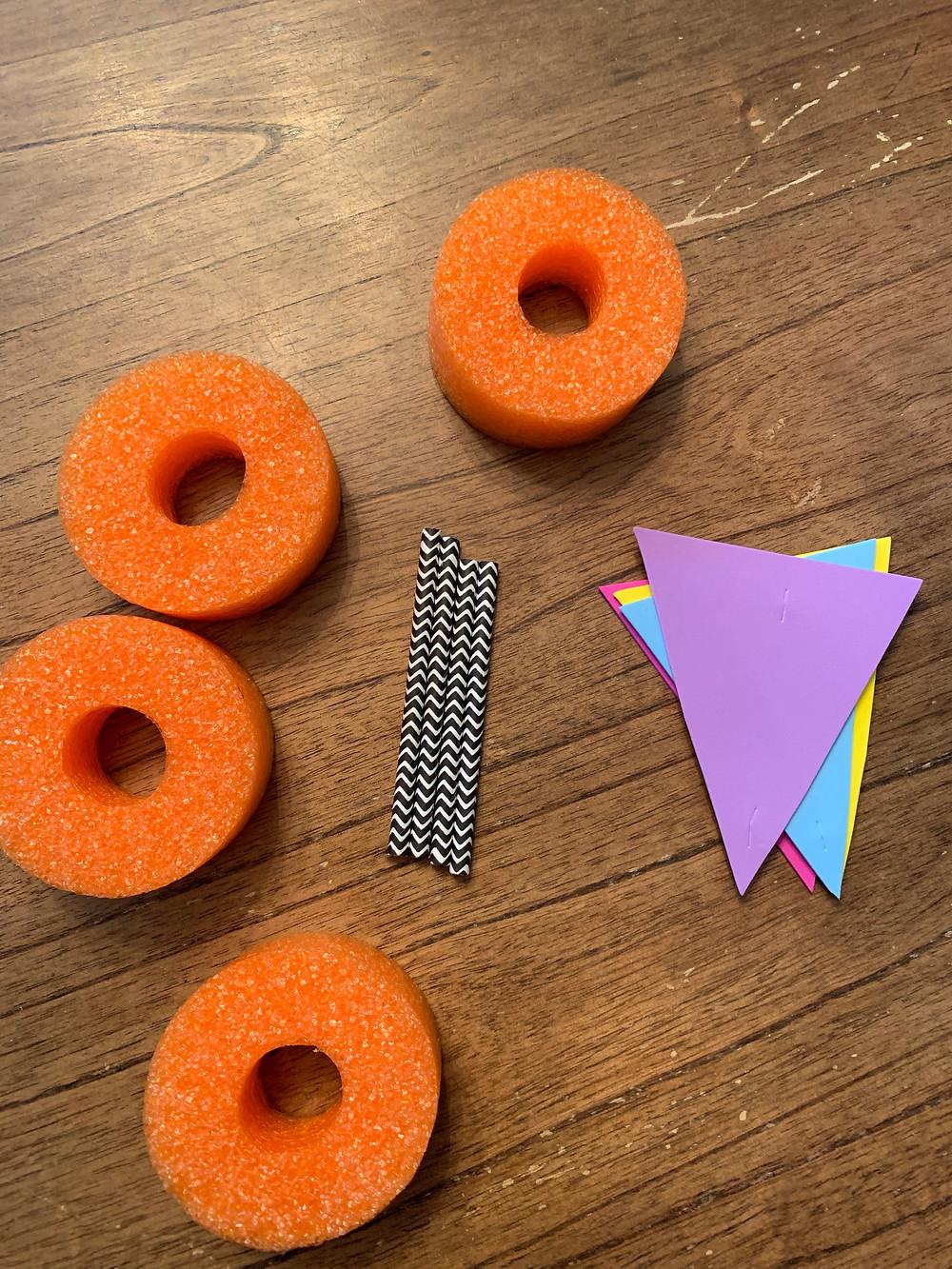 4 tronçons de nouille de piscine, 2 pailles, puis 4 triangles en mousse.