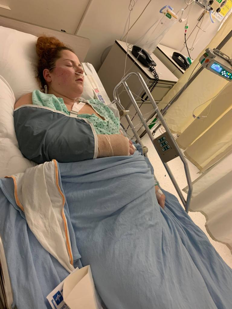 En sortant de mon opération au poignet, qui a duré plus de 5h00, tout en étant enceinte de 5-6 mois.