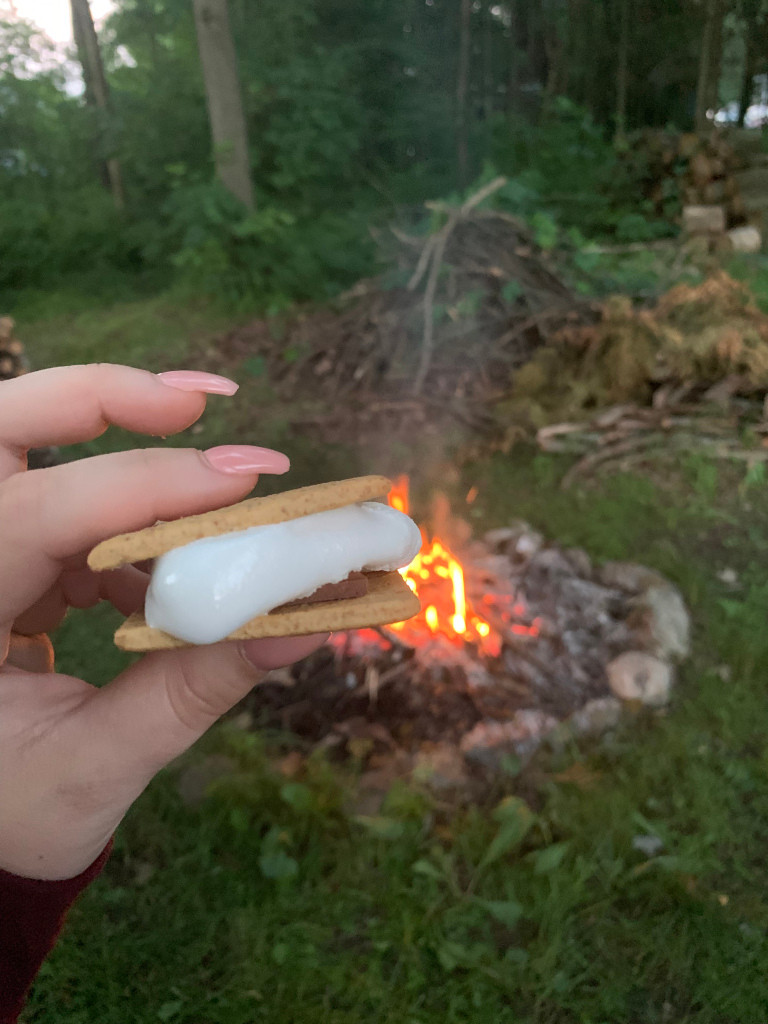 Smores en relaxant avec les enfants devant le feu, alimenté par grand-papa et grand-maman.