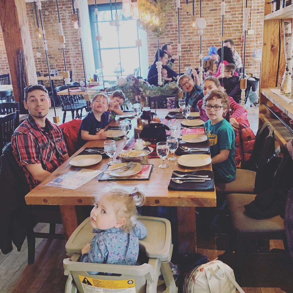 Cette année, on s'est fait offrir un moment Chez Archibald, un dîner de cabane à sucre à plusieurs services. C'était bon et même excellent! Les enfants ont été patients et ça m'a bien évidemment surprise!
