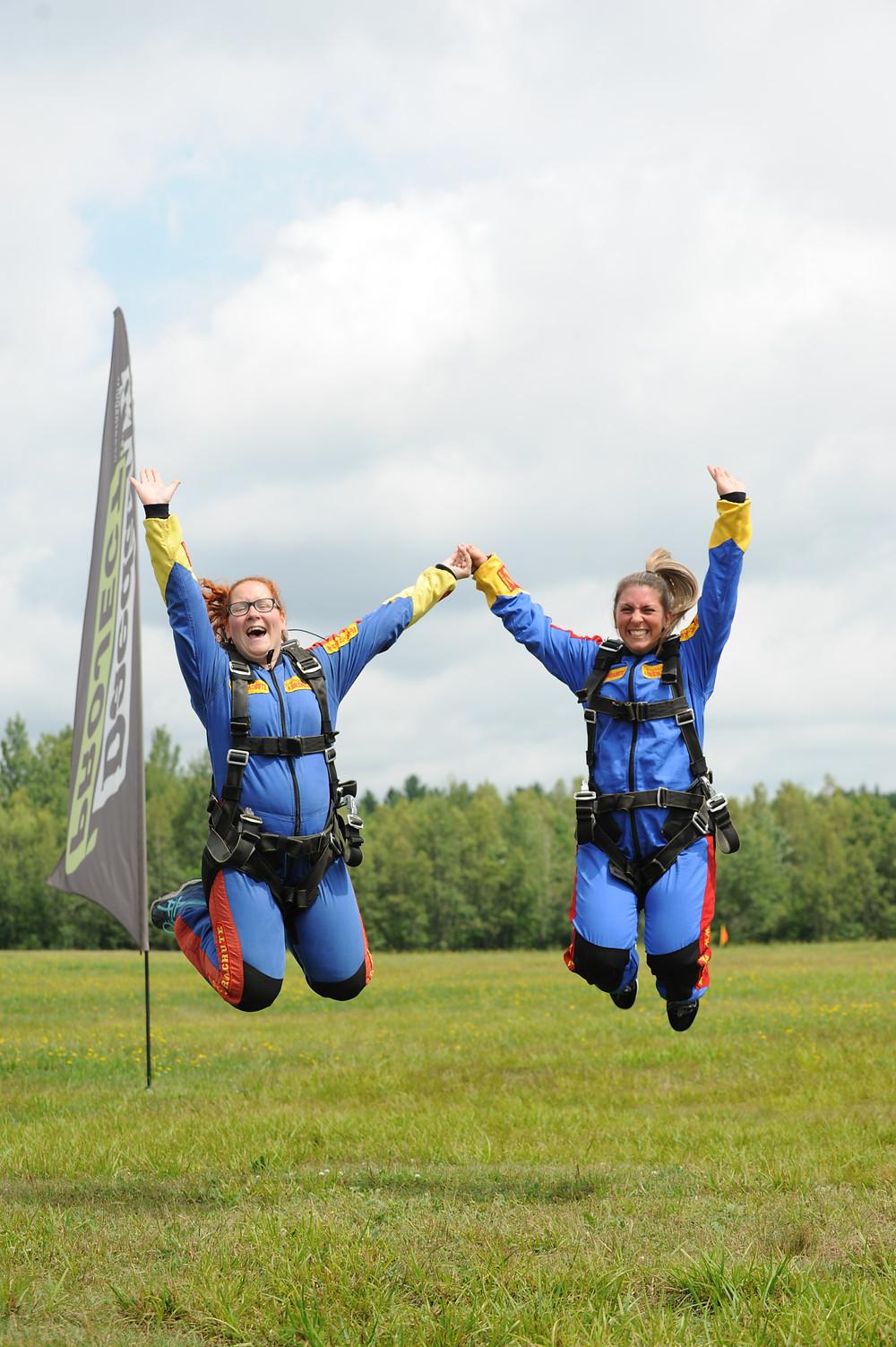 Ma meilleure amie et moi avant notre saut en parachute!