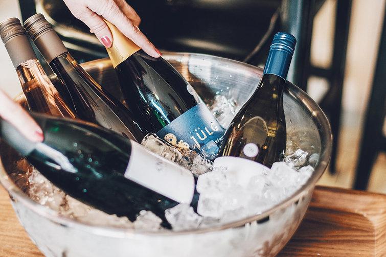 DEKANTUJEME_lahve_vino