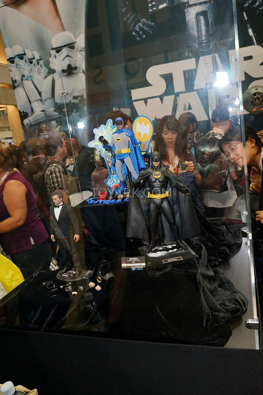 SDCC2015-Hot-Toys-Batman-Line-001.jpg