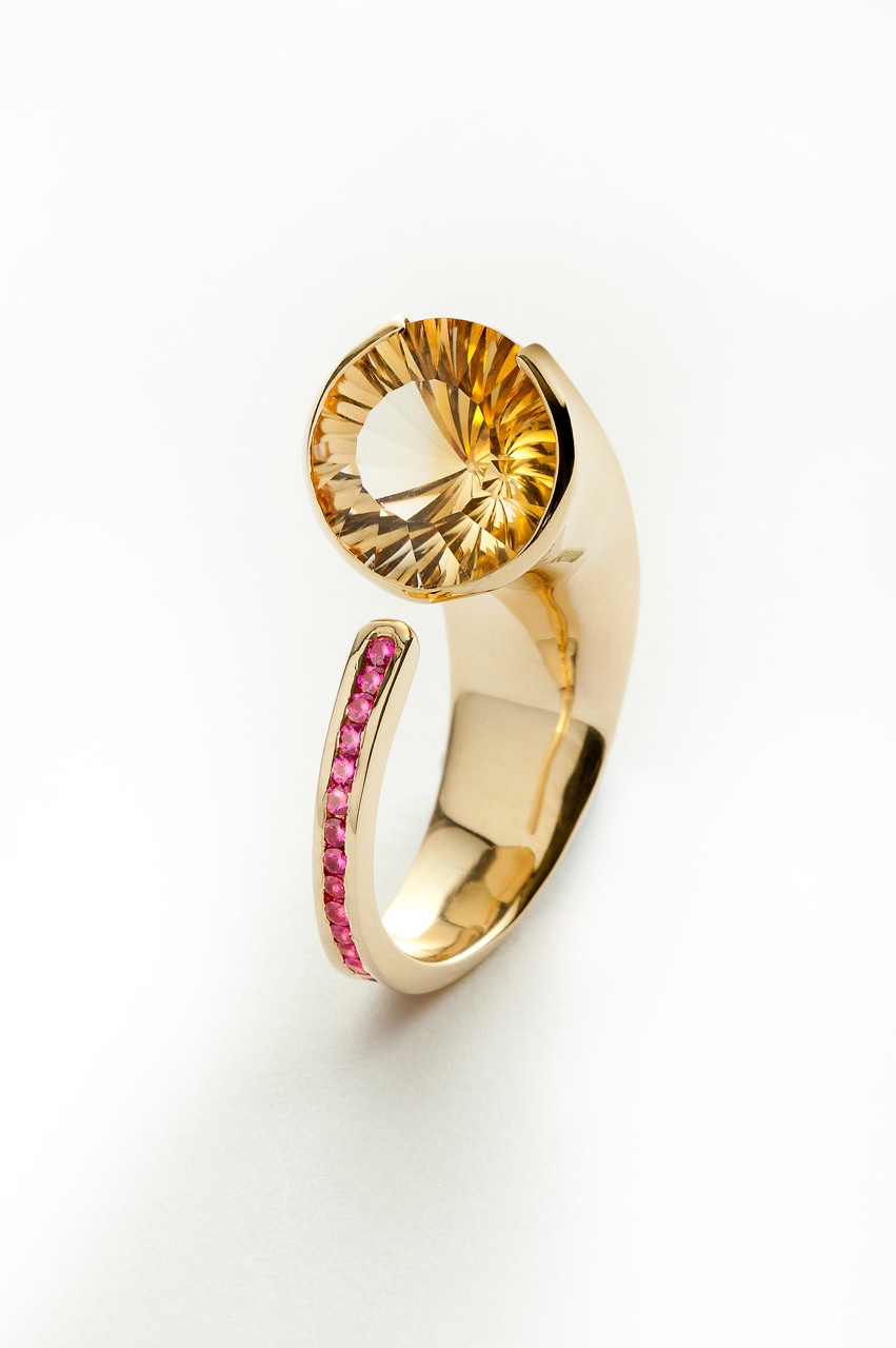 18kt yellow gold ring, with concave cut citrine & rubies