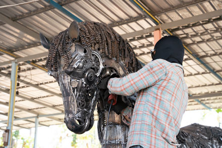 scrubbing Horse life size scrap metal art sculptur
