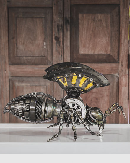 bee metal sculpture by mari9art.jpg