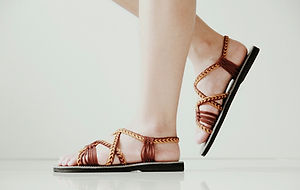 Flat Braided sandals in brown color open toe style