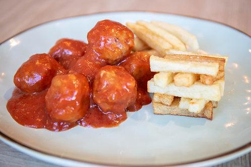 Albondigas con tomate y patatas fritas