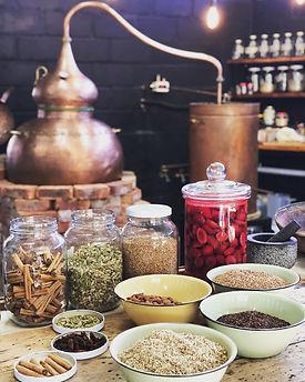 Knysna Destillerie mit botanicals.JPG