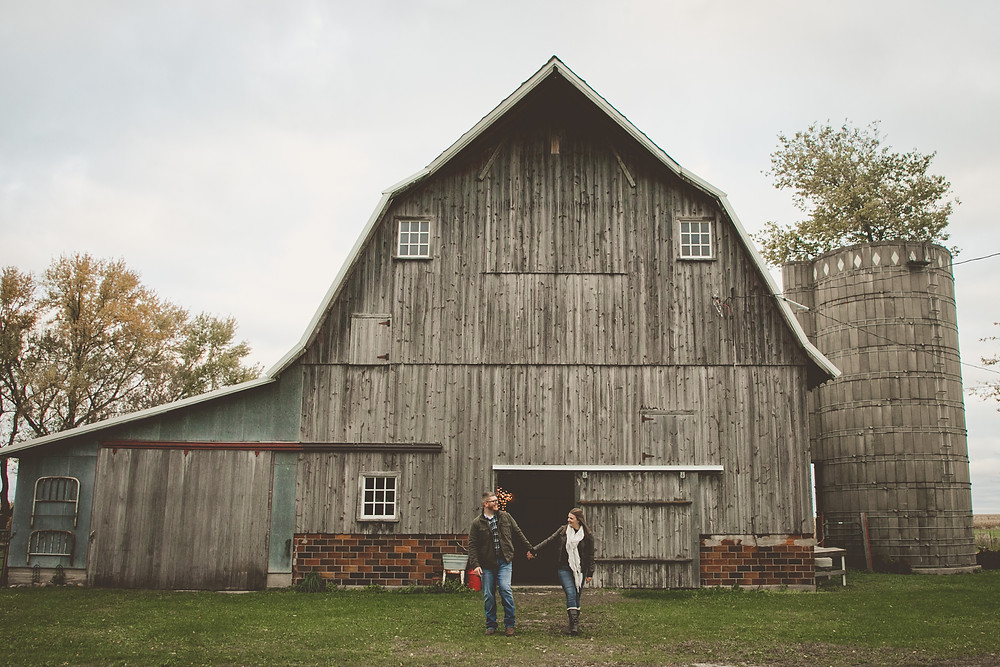 Engagement photography of a couple in front of a barn