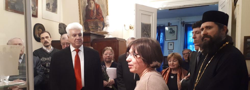 Н.А.Потемкина ведёт экскурсию по выставке из архива семьи Трубачёвых