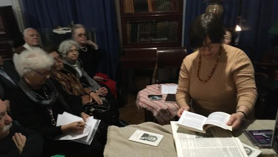 Н.А.Потемкина демонстрирует архивные материалы из фондов музея