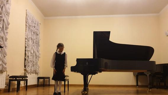 """Ел.Ф.Гнесина - """"С прыгалкой"""", исполняет Изабелла Джонс"""