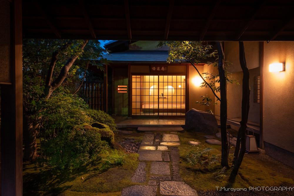 灯りに輝く玄関までの石畳
