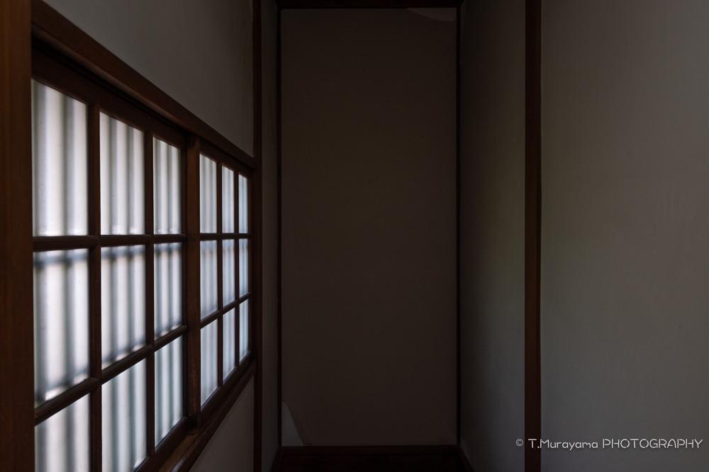 2階から1階へ降りる階段の窓